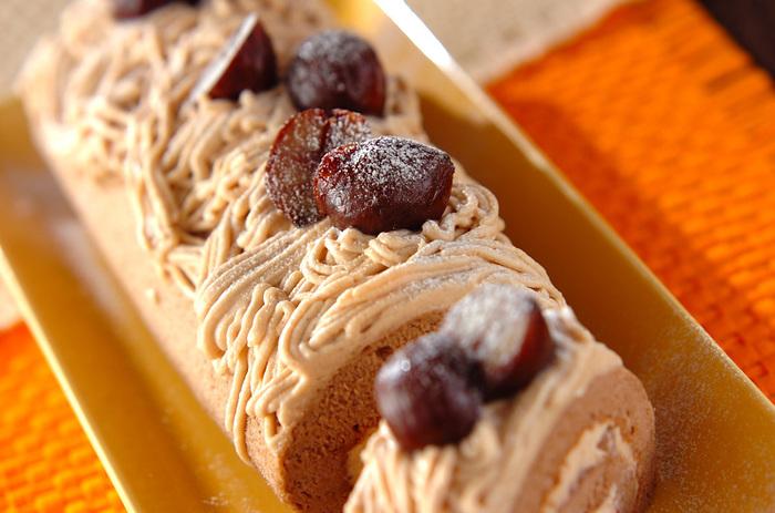 ラムの香りがよく合うケーキといえば、モンブランは外せません。ロールケーキにすればデコレーションも簡単ですし、みんなで切り分けて食べられるので手土産にも喜ばれますよ。