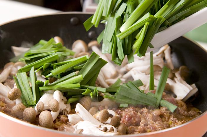 次は、豆腐の上に牛肉の旨みがギュッと染み込んだおつまみレシピのご紹介♪  まず牛肉はすりおろしたニンニクとショウガ、刻んだネギと一緒に・醤油・砂糖・酒・味噌・豆板醤で混ぜ合わせておきます。そして、ニラとしめじと一緒にごま油で炒めて白ごまを振りかけておきましょう。