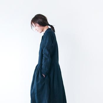 いえいえ、そんなことはありません。リネンは秋冬にもぜひ取りいておきたいアイテム。ただリネンはさらっとした肌触りなので、秋冬は1枚だけだと寒くなってしまいます。リネンを秋冬に着こなすときは、上からカーディガンやコートを羽織りましょう。秋もリネン素材のファッションを楽しんでみてください♪