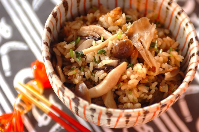 秋の味覚の代名詞でもある「きのこ」をふんだんに使った「きのこの炊き込みご飯」。きのこは3種類入れて、より複雑な味わいを楽しみましょう。