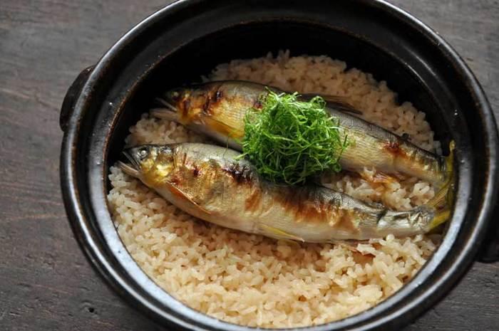見た目のインパクト抜群で、バーベキューやおもてなしにもぴったりの炊き込みご飯。6月から旬を迎える鮎を豪快にいただきましょう。
