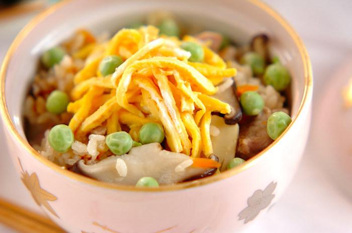 塩ゆでしたエンドウ豆を散らした、華やかな炊き込みご飯。食卓がパッと春色に染まります。