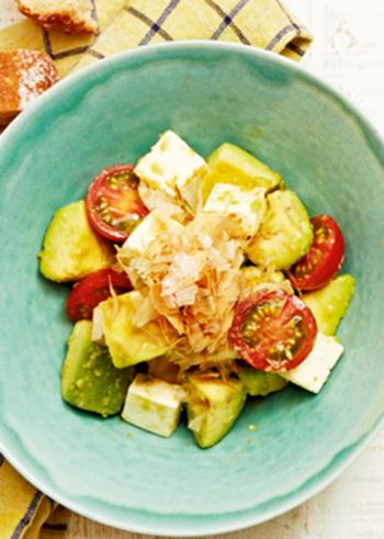アボカドにわさび醤油が合うように、イタリアンカラーの洋食材も、案外和風の味付けで美味しくまとまります。切って和えるだけなので、5分でささっとオシャレな一皿が作れますよ。