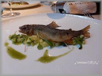 お料理に提供される食材は、どれも厳選されたものばかりです。上桂川天然鮎のフリットは、地元・京都の素材を活かした料理で、ワインとの相性も抜群です。