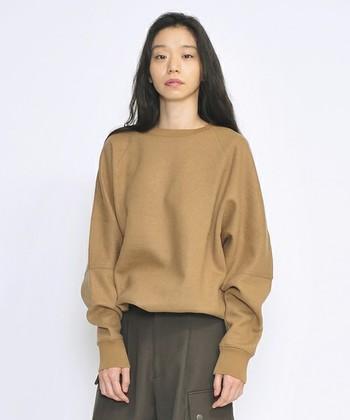 ウールの天竺(メリヤス編み)で作られた、独特の柔らかなシルエットを持つスウェットクルーネックです。厚みのあるしっかりとした生地感なので、一枚着るだけできっちりと大人っぽい着こなしが楽しめます。