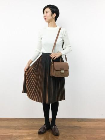 流行のプリーツスカートもシンプルに着こなせるのがかっちりバッグの魅力。クラシックに着るならローファーを合わせるのもオススメです◎