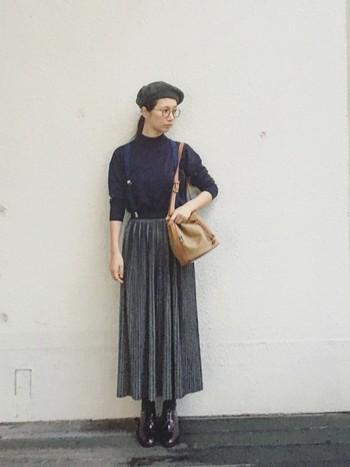 この秋のトレンドアイテム・ベレー帽は、かぶるだけでコーディネートが一気にクラシックになる魔法のアイテムです。サスペンダーをして、こんな風にプリーツスカートをレトロに着こなしてみたいですね。