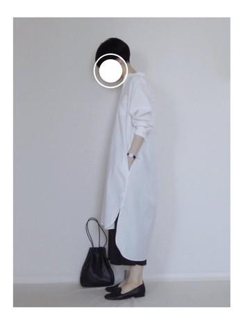 ロングの白シャツワンピースをメインにしたシンプルなモノトーンコーデの装いのアクセントに、巾着バッグはいかがでしょう? シンプルなラクチンコーデを一気に格上げしてくれます♪
