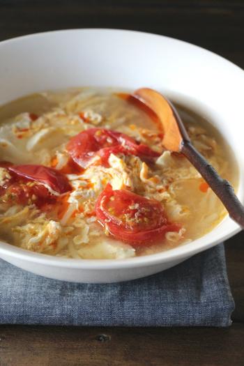 卵と豆腐がメインのヘルシースープ。酸味と辛味のある酸辣湯風な味が、こってり料理にバッチリ合います。