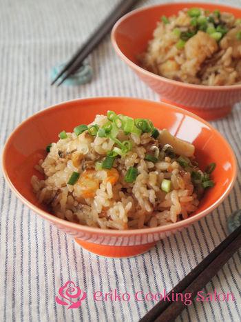 ポン酢を使った炊き込みご飯はさっぱりした味わい。お好みで一味や七味などをかけてもgood。