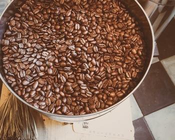 また併設の珈琲焙煎所(COFFEE ROASTERY)にコーヒーロースタリーを設置。スペシャルティコーヒーを自家焙煎しています。心を込めて焙煎されるコーヒーの一杯が、私達の日々にそっと寄り添ってくれるように。そんな思いで、麻ころろ茶屋ではこだわりの焙煎を行っています。