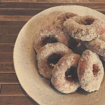 カフェのメニューも魅力的な品々が揃っています。こちらは素朴な味わいが何処か懐かしいドーナツ。コーヒーと一緒に、ロングドライブのお供にするのもいいですね。