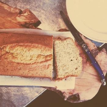 香ばしく焼き上げたバナナケーキは大人も子供も大好きなおやつです。バナナの優しい甘味にほっこり癒されるお味。