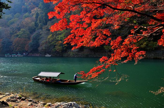 【亀岡から嵐山渡月橋へと下る嵐山名物の「保津川下り」】