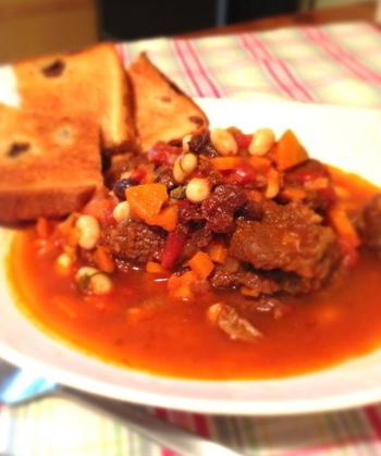 圧力鍋を使えば、なんと20分でできてしまう煮込みレシピ。牛肉を使った煮込み料理は、見栄えも華やかなのでおもてなしにもピッタリ。バゲットを添えて、ワインで乾杯しましょう♪