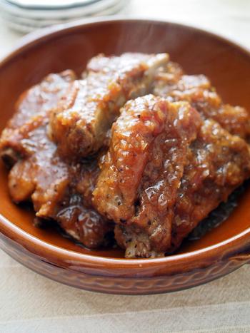 余りがちな焼肉のたれを活用した絶品レシピ。前日に煮込んでおけば、翌日はスッと箸が通るくらいホロホロ柔らかに♪