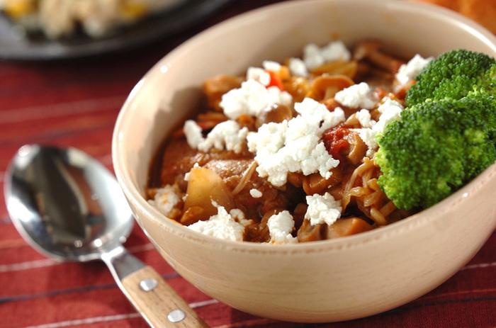 鶏肉とトマトの相性は鉄板ですよね。煮込み料理は彩りが少なくなりがちなので、このようにカッテージチーズや茹でブロッコリーなどで華やかさをプラス♪煮込むときは旬のキノコをたっぷり入れましょう。
