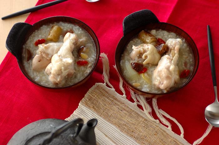 韓国の薬膳料理でもある、参鶏湯(サムゲタン)。本来は丸鶏を使いますが、こちらは手軽に手に入る手羽元を使ったレシピです。クコの実や松の実を使うと本格的な味わいになりますよ。