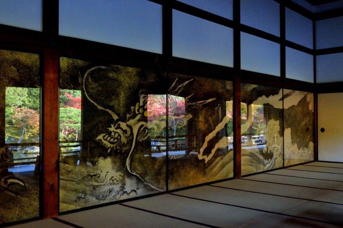 【大方丈内の襖絵は、昭和32年に、富岡鉄斎の孫弟子・物外道人によって描かれたものです。アクリルで保護してあるため、庭の景色が映り込みますが、それもまた味わい深い一幅の絵になっています。】