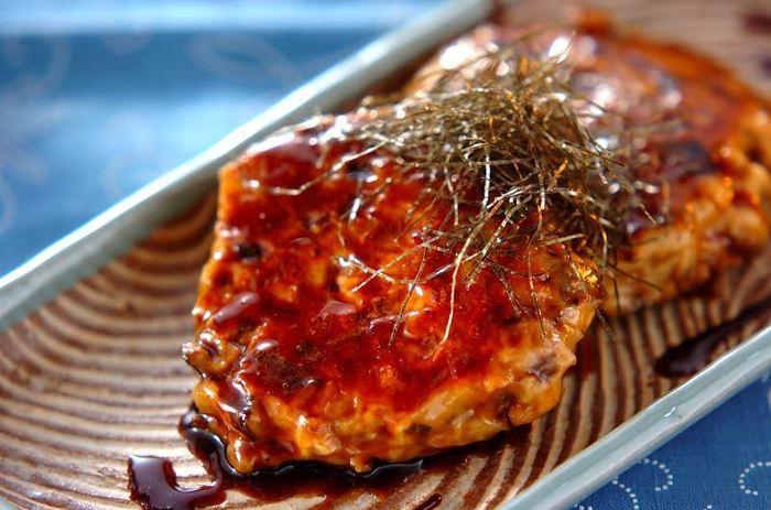 こちらは鶏挽き肉に、細かく刻んだマイタケやシイタケを加えて作ったつくねです。カロリーも抑えられてヘルシーですね♪照り焼きのたれをからめればお弁当のおかずにぴったりです。