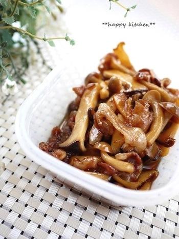 こちらは豚こま肉ときのこを、生姜たっぷりの甘辛味で煮付けた一品。生姜のおかげで日持ちがするので、たっぷり作って常備菜にぴったりです。
