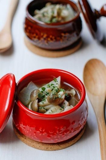 秋にはあったかいスープも大活躍。こちらは大根としめじとベーコンをコトコト煮込んだスープです。コンソメスープで大根とベーコンを煮込んで、そこに炒めたきのこを加えて作ります。素材の味をたっぷり楽しめるスープです♪