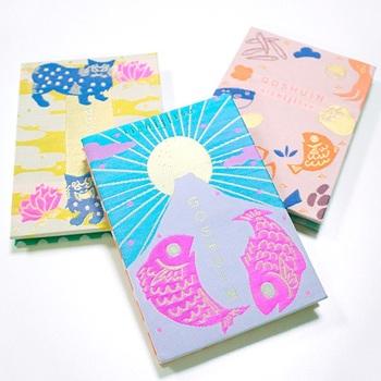 ジャバラ折りになっている御朱印帳の「キチジツ GOSHUINノート」は、御朱印帳として使えるのはもちろん、スクラップブックやノートとしても使うことができます。持っているだけで明るい気持ちになるポップなデザインです。