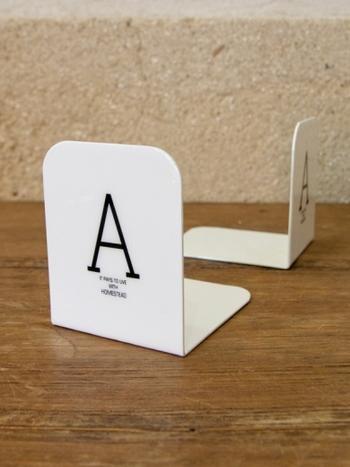 琺瑯製で、白いエナメルがかかったブックエンド。上品なツヤがあり、デスクをシンプルにまとめることができます。裏にはスポンジがついているので、机を傷付けることもありません。