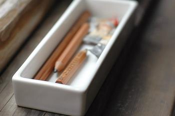 倉敷意匠の「白磁 ペントレイ」は、すっきりと無駄のないシンプルなデザインです。ペンを置いておくのはもちろん、小物入れとして使ってもいいですね。シンプルだからこそさまざまな使い方ができる一品です。