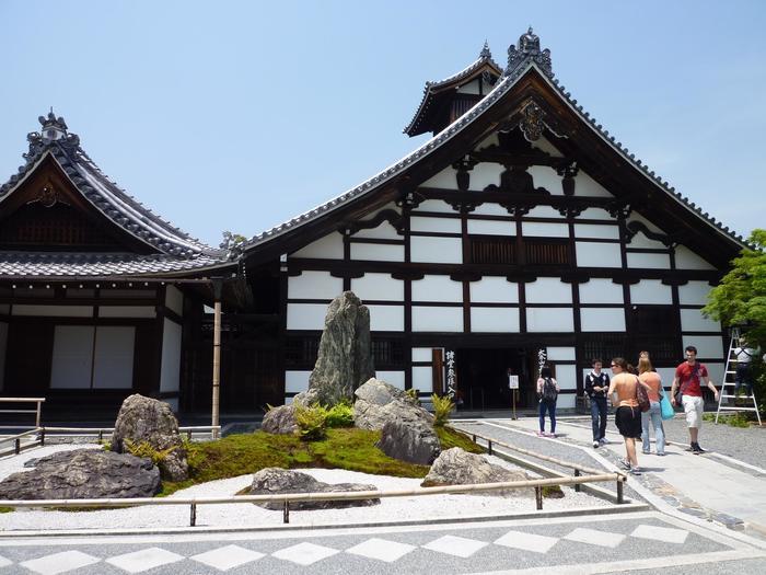 【白壁と梁、切妻造りのシルエットが印象的な「庫裏(くり)」。天龍寺の代表的な建築物の一つで、禅宗寺院の台所兼食堂だった建物です。】