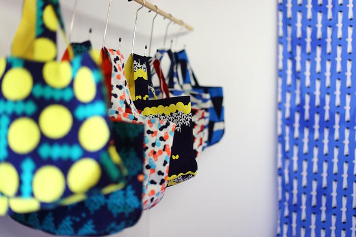 青衣のファブリックアイテムは、シャツやワンピースなどのお洋服のほか、バッグやポーチ、ぬいぐるみといった布小物も充実しています。同じ形でも柄が違うと受ける印象も変わりますね。