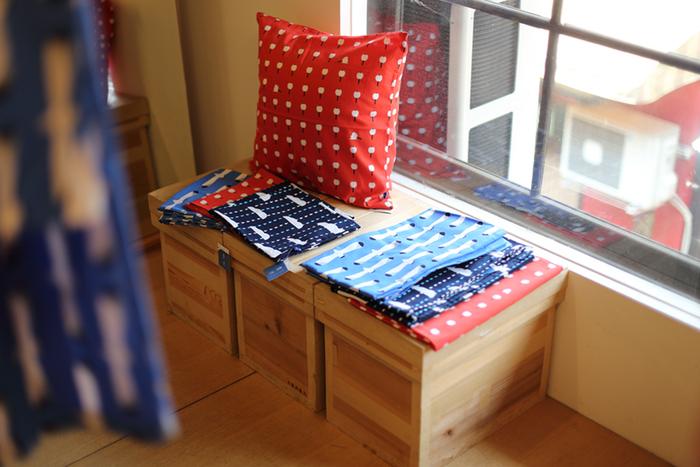 独特な風合いと素材感をそのまま活かし、本当に心地よく、着る人や使う人が自分らしく見えるものを提供してくれるのです。メイド・イン・京都の高品質なアイテムは大切な方への贈り物としてもおすすめです。
