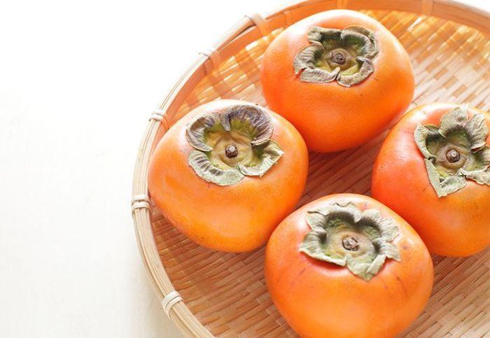 ビタミンCといえば、酸っぱい果物を連想しがちですが、柿に含まれるビタミンCの量は果物の中でもトップクラス!柿1個にはレモン約6個分のビタミンCが含まれていて、ひとつ食べればだいたい1日の必要量を摂取することができます。