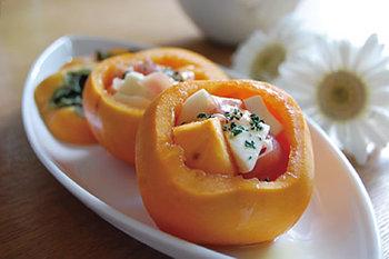 柿を余すところなく使った、見た目も可愛らしいカップサラダです。モッツァレラのクリーミーさと柿の甘さ、生ハムの塩味が絶妙です。 味付けもオリーブオイルと胡椒だけでとってもシンプル♪