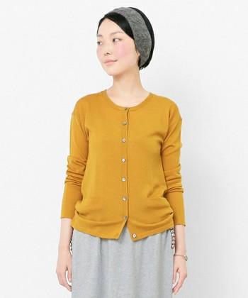 カーディガンは、マスタードやボルドー、ダークグリーンなど、秋らしい色を選ぶと装いが新鮮に映ります。羽織ったり、肩掛けしたり、腰に巻いたりと、さまざまな使い道があるのも魅力です。