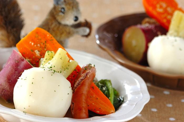 コンソメを使わず、素材の持つ甘みや旨味を直に味わいます。冬野菜は煮込み料理にも向いているものばかり。大きめにカットしてじっくり煮込みましょう。