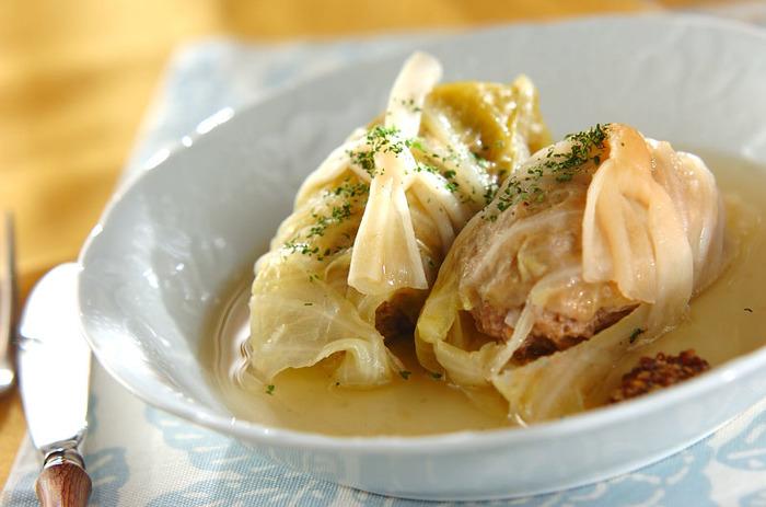 透き通ったコンソメスープに浮かぶロールキャベツ。スープを変えるだけでバリエーションが増えますよ。難しそう…と敬遠していた方もこの冬はぜひお試しを♪