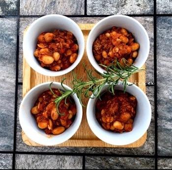 豆類も煮込み料理におすすめの食材です。ハーブを使って香り豊かなトマト煮込みに。バゲットを添えて、お家バルのメニューに加えてみては?