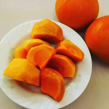 柿には、そのまま食べられる甘柿と渋くて食べられない渋柿があります。柿の渋みの原因は、シブオールというタンニンです。 渋柿も熟したり加工すると食べられるようになります。