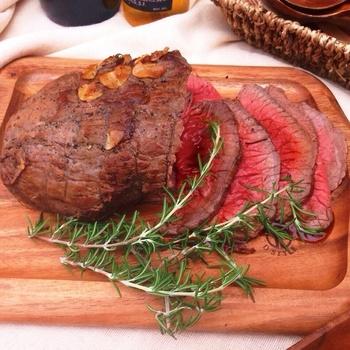 イギリスの伝統料理として親しまれている「ローストビーフ(roast beef)」。時間が経っても美味しさはそのままなので、作りすぎてしまっても安心ですね。