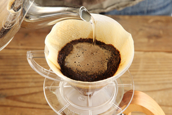 円錐型のフィルターにKONO式ドリッパ-で淹れるコーヒーの美味しさの理由があります。円錐型のフィルターの底には1つだけ穴があり、お湯を注ぐとコーヒーが穴に向かって流れていくことで美味しさがぎゅっと詰まったコーヒーがいただけるんです。