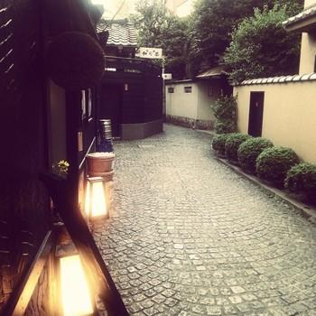 こちらは散策にぴったりな神楽坂界隈。石畳と黒板塀が印象的です。路地を入ればこのように昔の名残も残っている一方で、フレンチレストランも点在している異国情緒が漂うエリアです。