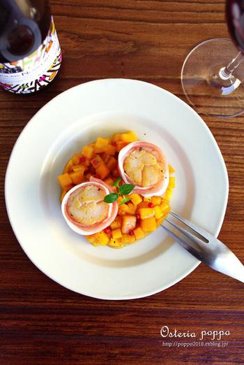 とってもおしゃれ♪おもてなしにもぴったりな前菜のレシピです。 敷かれた角切りの柿の色がとってもあざやかで綺麗ですね。