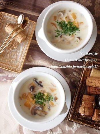 寒い季節はシチューが食べたくなりますよね。 ルーを使わず、たっぷりのきのこの旨味が美味しいレシピです。