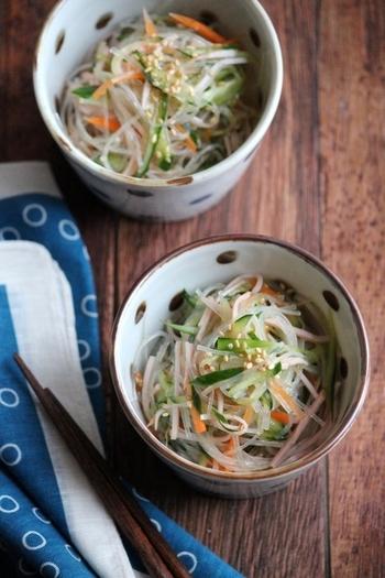 あと一品、さっぱりした小鉢が欲しい時におすすめの、春雨サラダのレシピです。下ごしらえして和えるだけ。熱湯でもどすタイプの春雨を常備しておくと便利そうです。