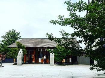 マルシェや寄席なども開催する赤城神社。参拝のついでに境内のカフェで休憩をするのもおススメ。