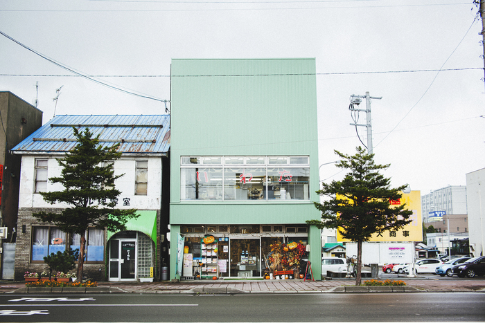 グリーンの外観が目を惹く「いわた書店」。周辺には理容室や定食屋など、古くからの店が並ぶ