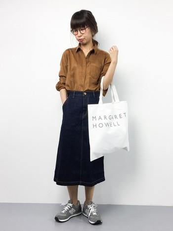 キャメル色のフェイクスエード素材の秋らしいシャツを膝下デニムスカートと合わせた、大人っぽいシンプルコーディネートです。