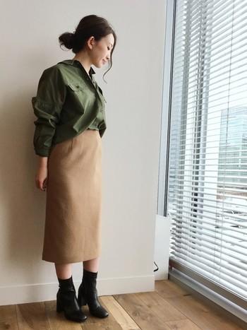 カーキも今期注目のカラーの一つです。カジュアルな印象のワークシャツを、冬素材のタイトスカートで女性らしくコーディネートしています。足元はショートブーツを◎