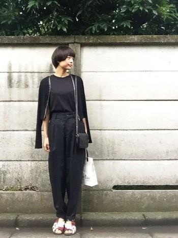 上質な素材の黒アイテムを組み合わせて、パンツスタイルでも上品な雰囲気に。